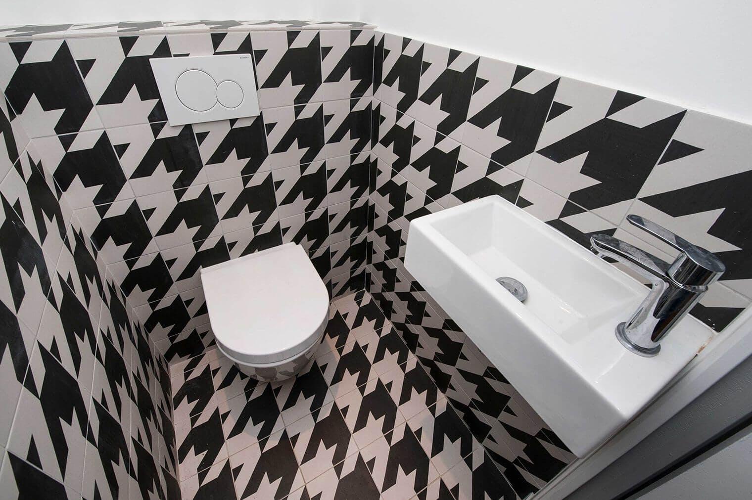 Rénovation toilettes avec carrelage à motifs