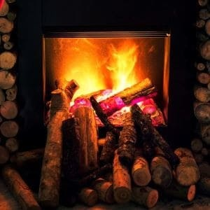 Poêle à bois dans maison écolo
