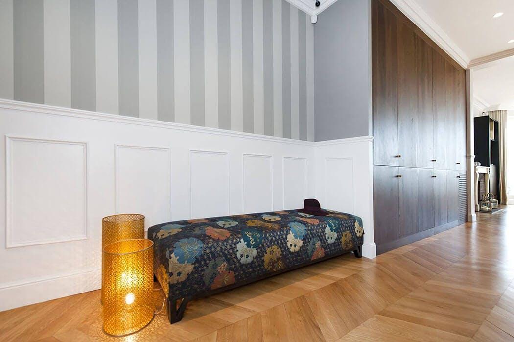 accord parfait du parquet massif avec la tapisserie rayée et le meuble sur-mesure encastré