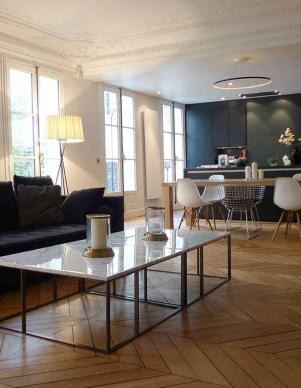 Salon rénové dans un appartement haussmannien