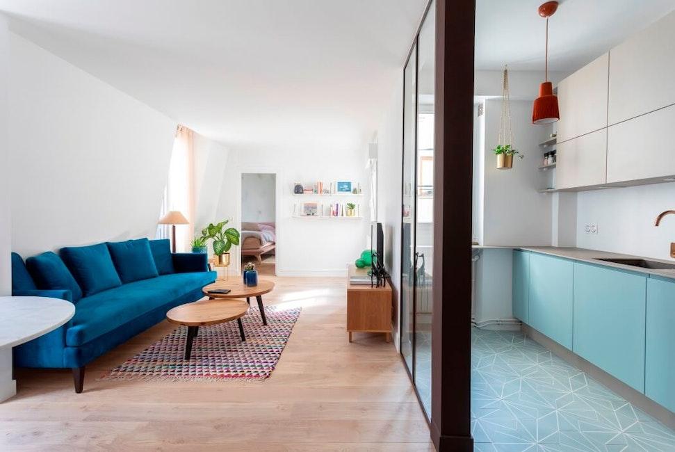 Vue sur le salon et la cuisine rénovés dans un esprit scandinave