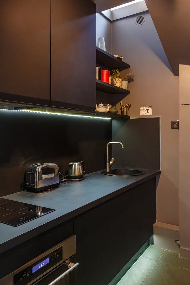 Rénovation de cuisine couleurs profondes à Paris