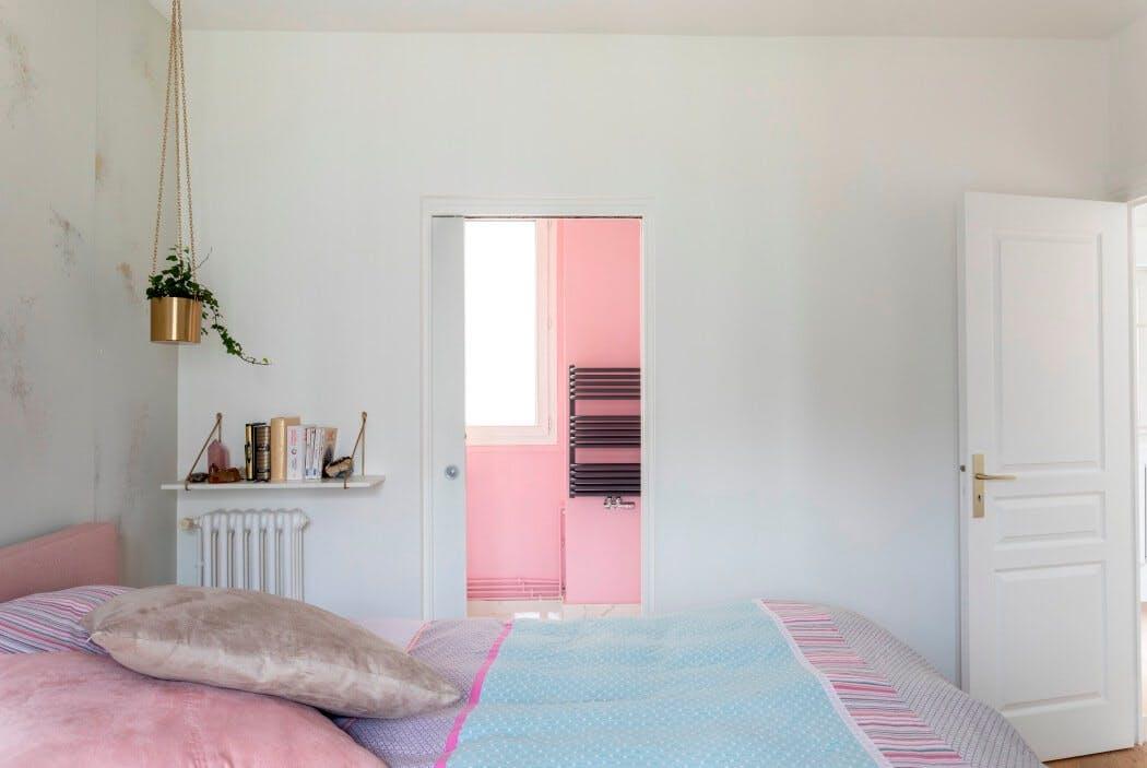 Chambre parentale donnant sur salle de bain aux tons roses