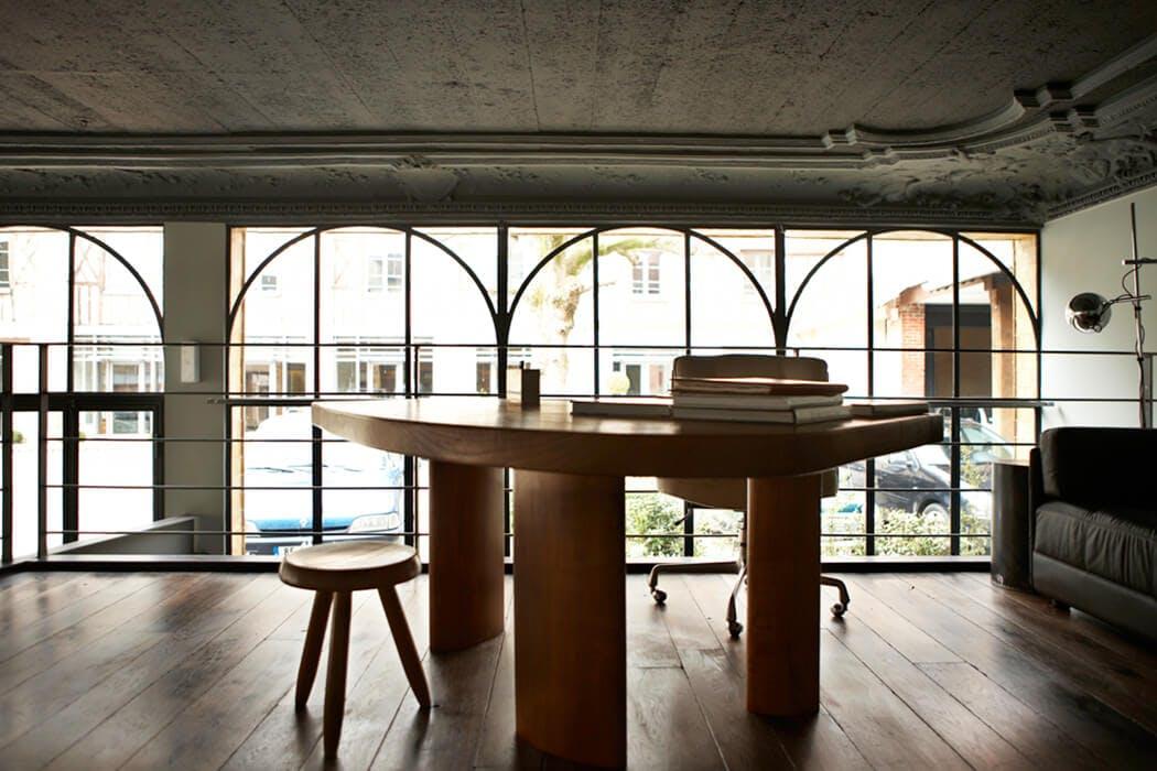Table en bois et chaise pour meubler la mezzanine de ce loft de luxe rénové