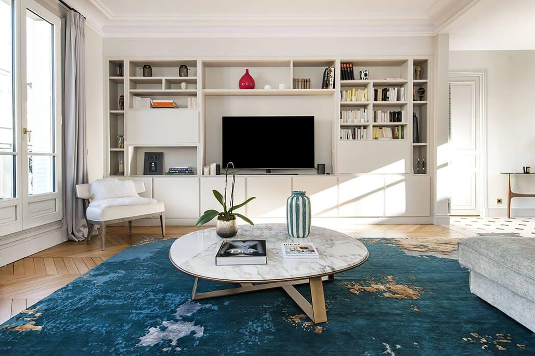 la bibliothèque encastrée s'intègre parfaitement dans ce salon cosy parisien contemporain