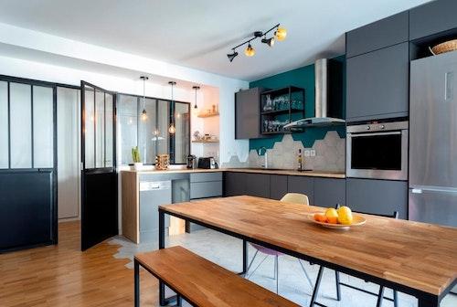 Maison rénovée dans un esprit moderne avec cuisine américaine et verrièreS