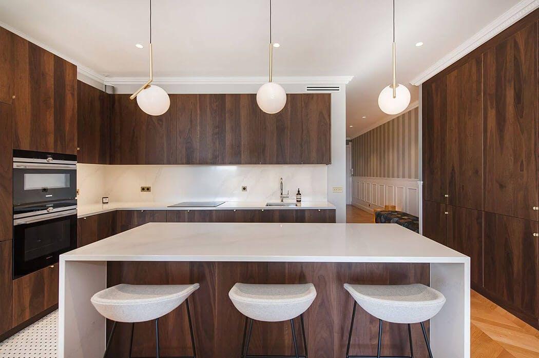 aménagement haut de gamme de la cuisine de cet appartement haussmannien
