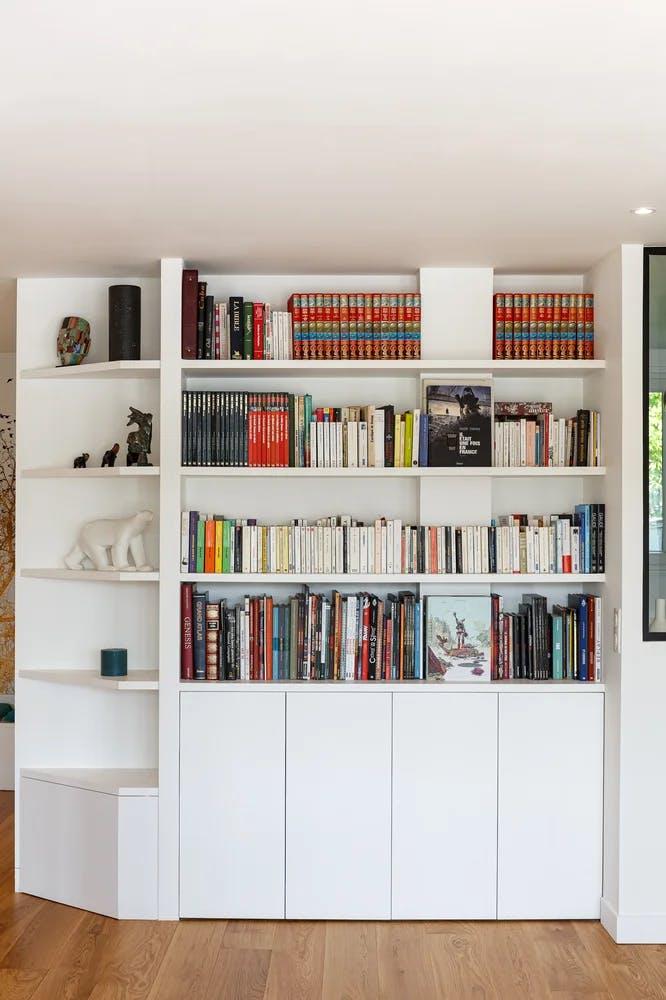 Bibliothèque avec accessoires de déco