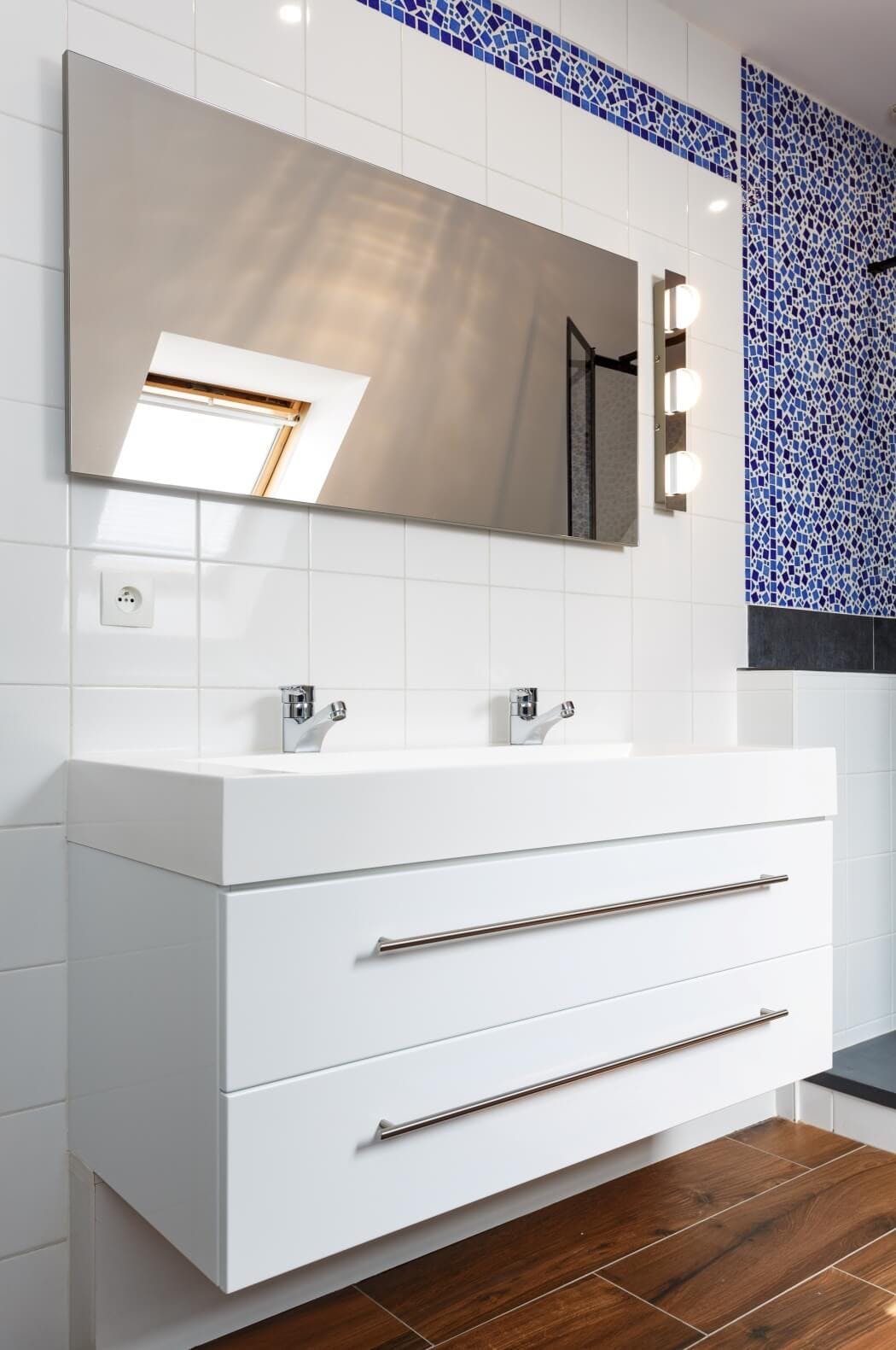 Rénovation salle de bain ambiance marine ou bord de mer avec meuble sous vasque blanc