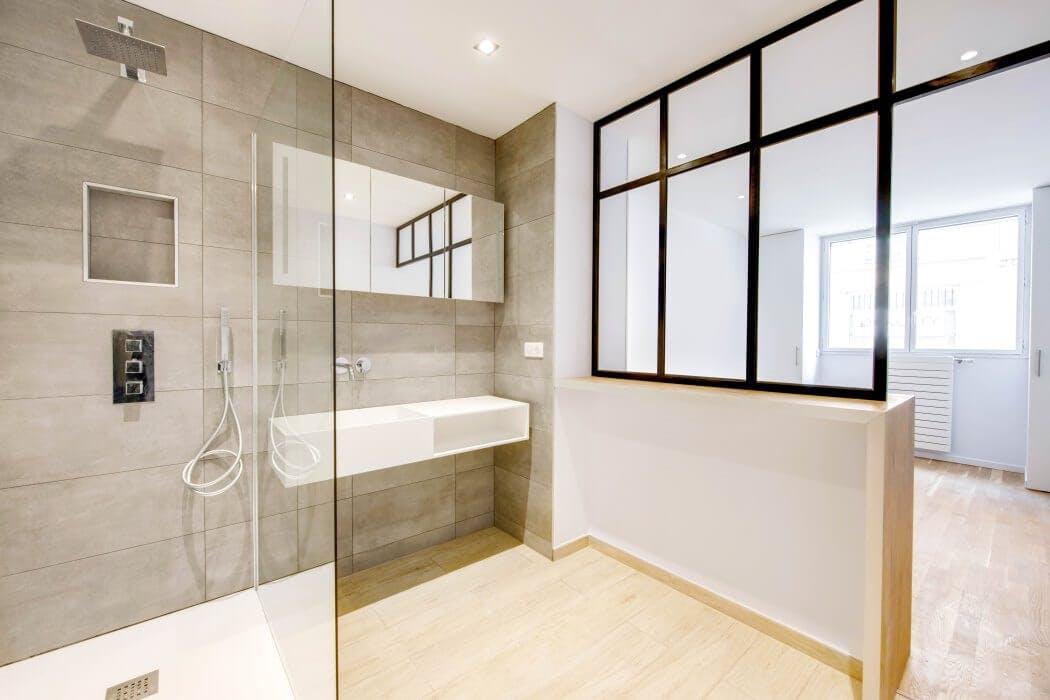 Salle de bain séparée de la chambre parentale par une verrière sur-mesure