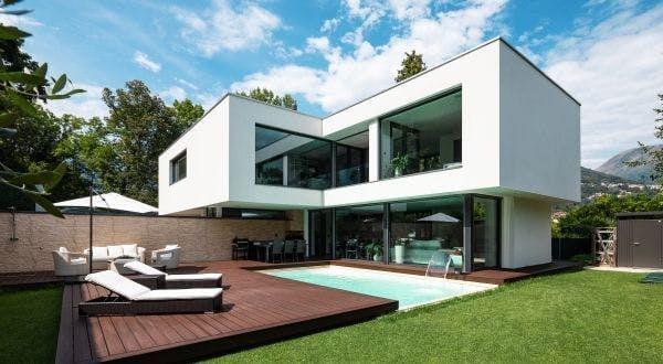 Maison moderne à étage avec piscine