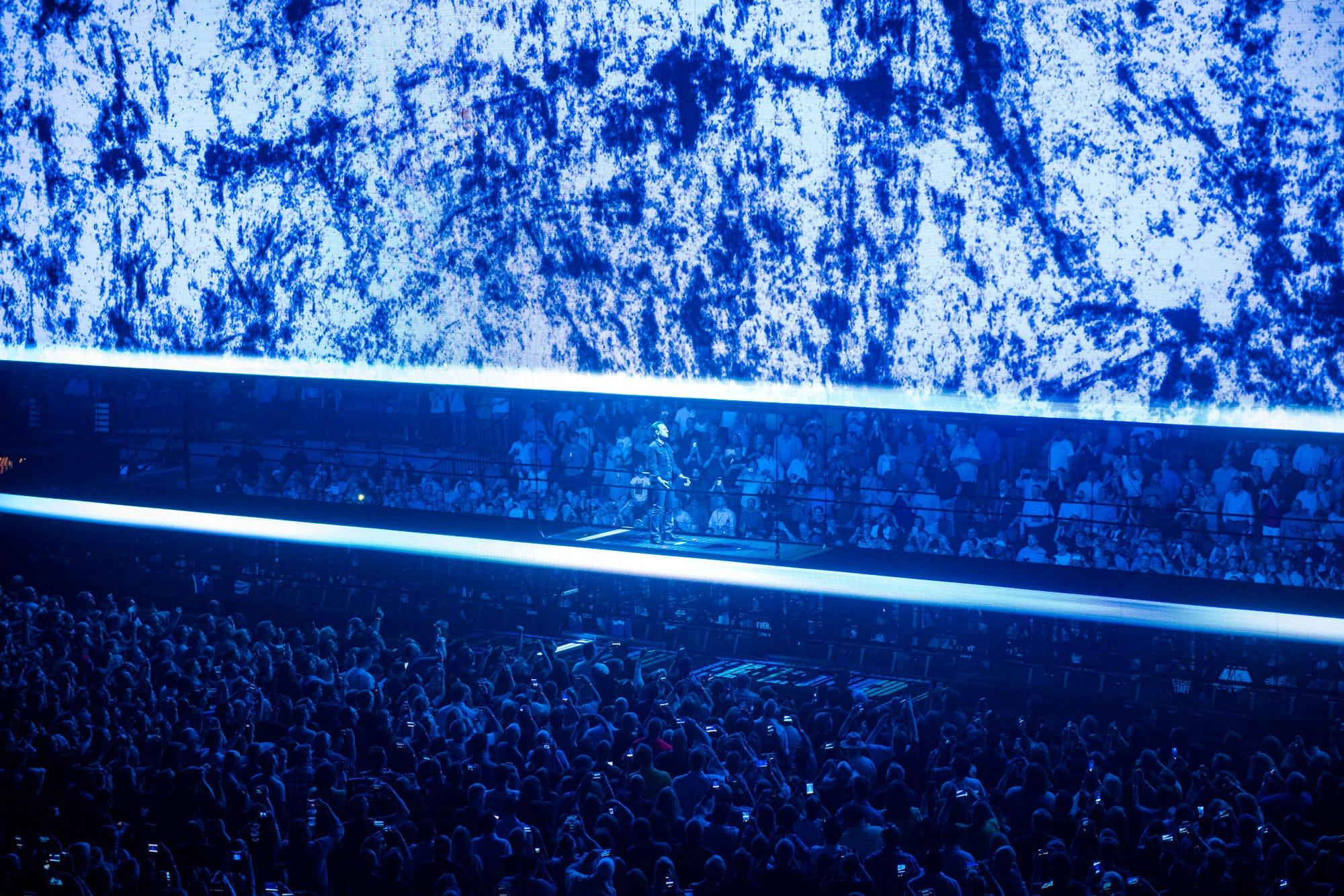U2 AR bono on stage
