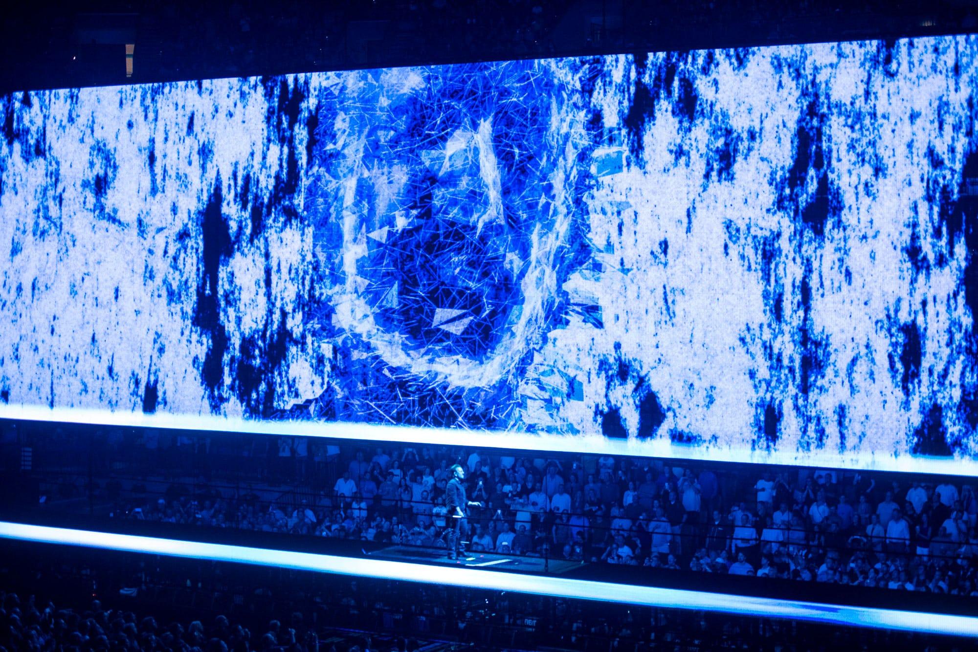 U2 AR stage face