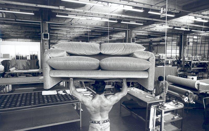 Foto divano Maralunga nel reparto tappezzeria di Cassina, © Carlo Orsi
