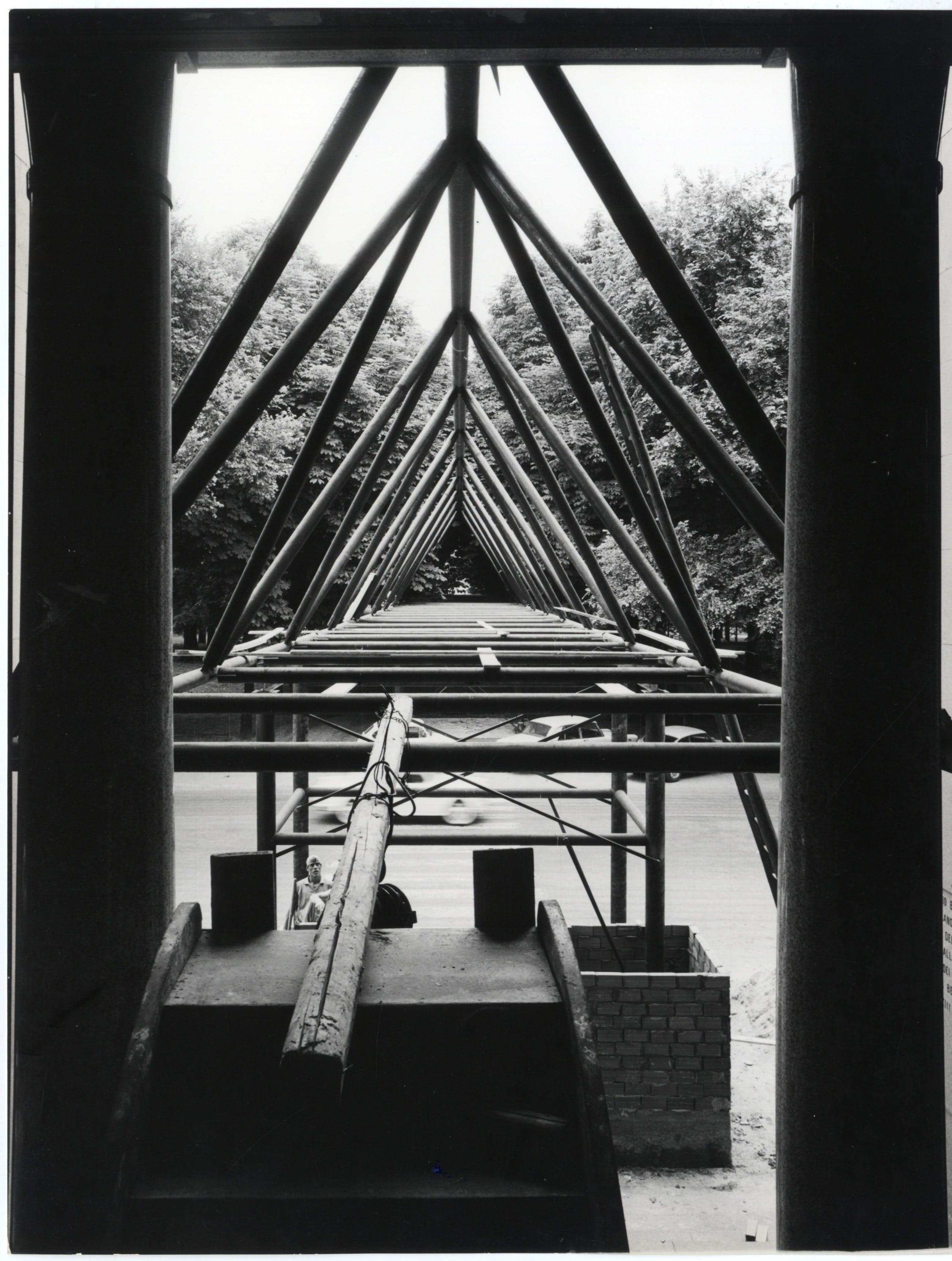 1964, XIII Triennale, Facciata d'ingresso del Palazzo dell'Arte con il ponte in ferro di Aldo Rossi e Luca Meda