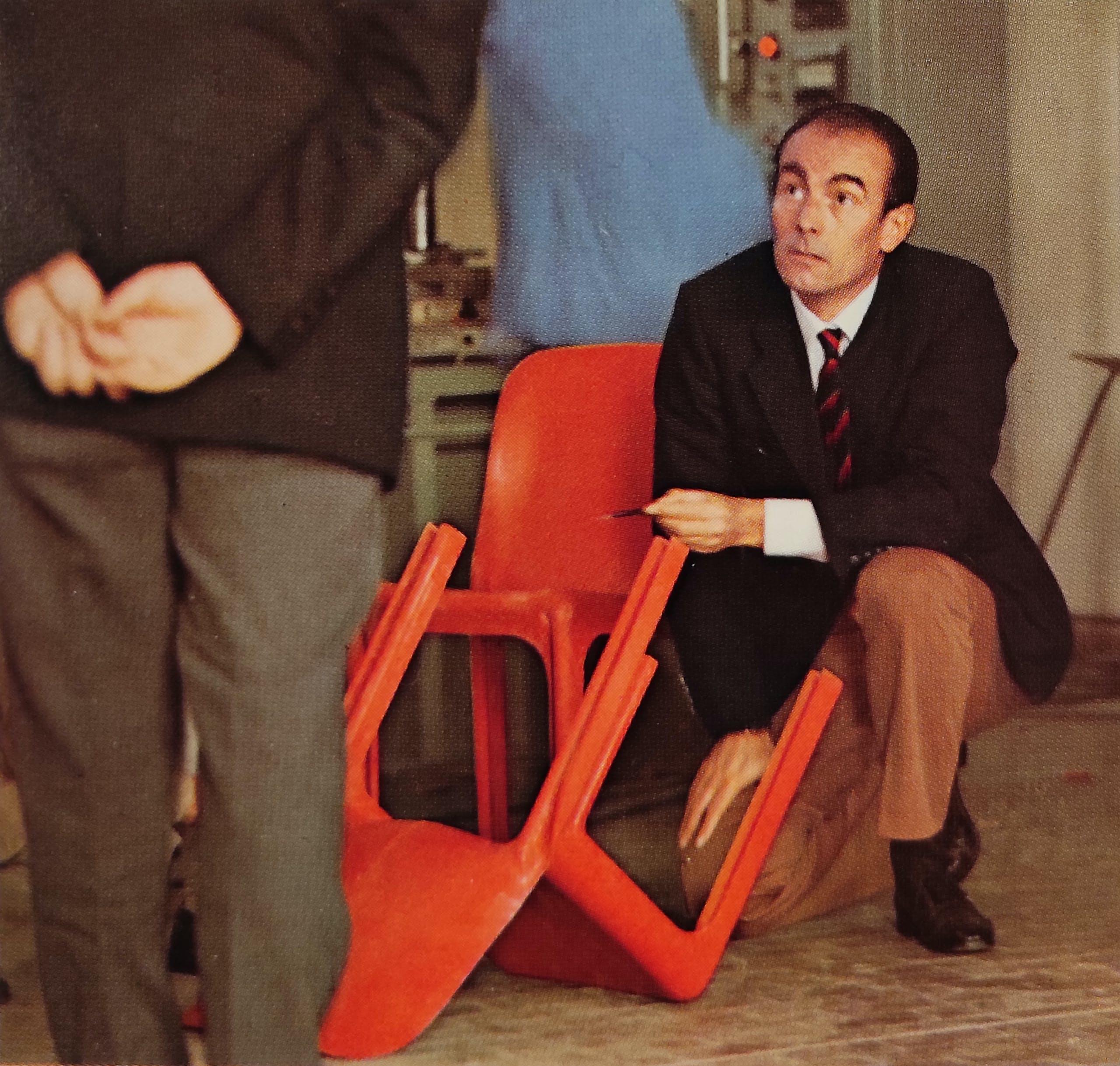 """Vico Magistretti con la sedia Selene, 1969 Da """"Ottagono"""", 1969"""