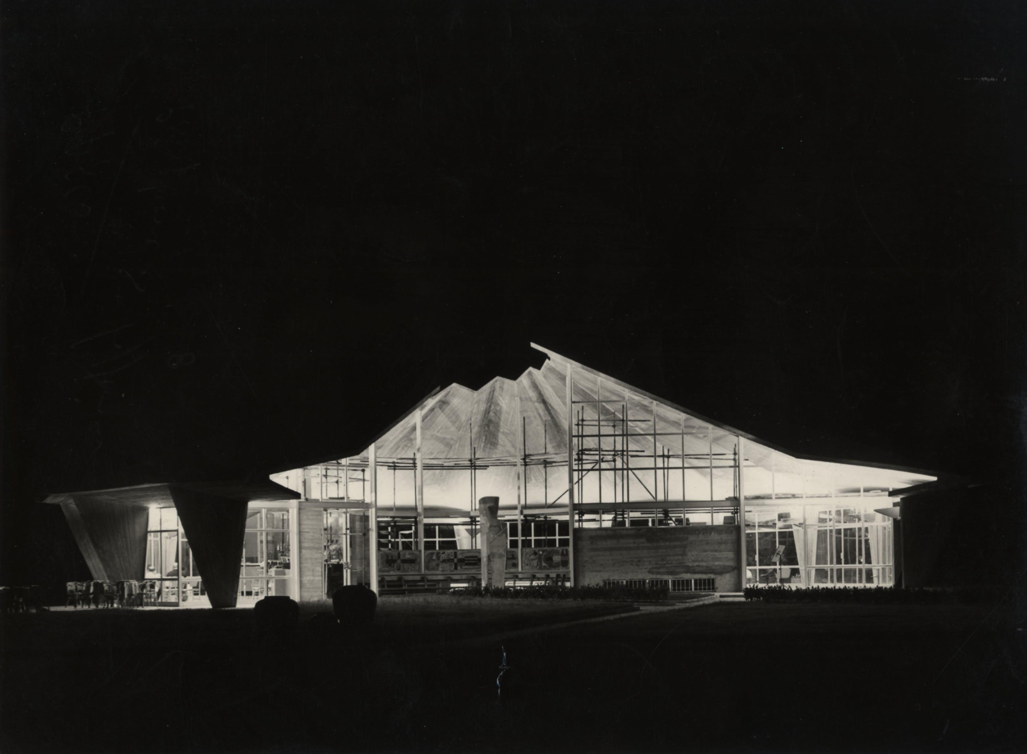 1954, Parco Sempione – Lavori di costruzione del Padiglione per soggiorno della X Triennale, oggi biblioteca del parco