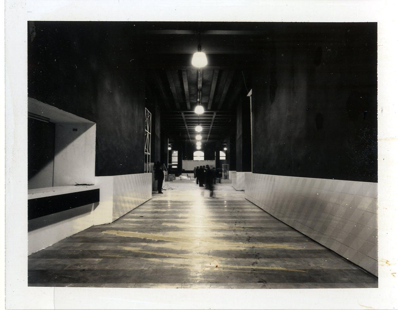 Lavori di allestimento nel Palazzo dell'arte in vista dell'apertura della XVI Triennale, 1979 © © Triennale Milano – Archivi