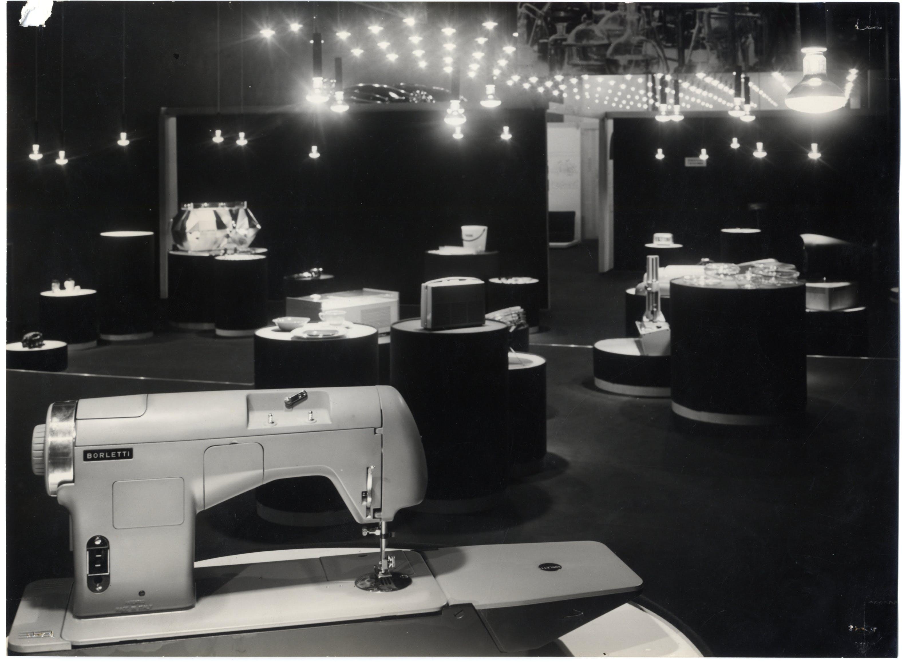 Seconda parte della Mostra internazionale dell'Industrial Design, progetto dell'allestimento degli architetti Sergio Asti, Gianfranco Frattini, grafici GiulioConfalonieri e Ilio Negri. In primo piano macchina da cucire Borletti, 1957 - Triennale Milano