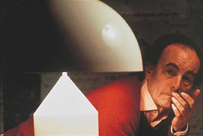 Vico Magistretti con la lampada Atollo, Courtesy Oluce, © Giorgio Lotti