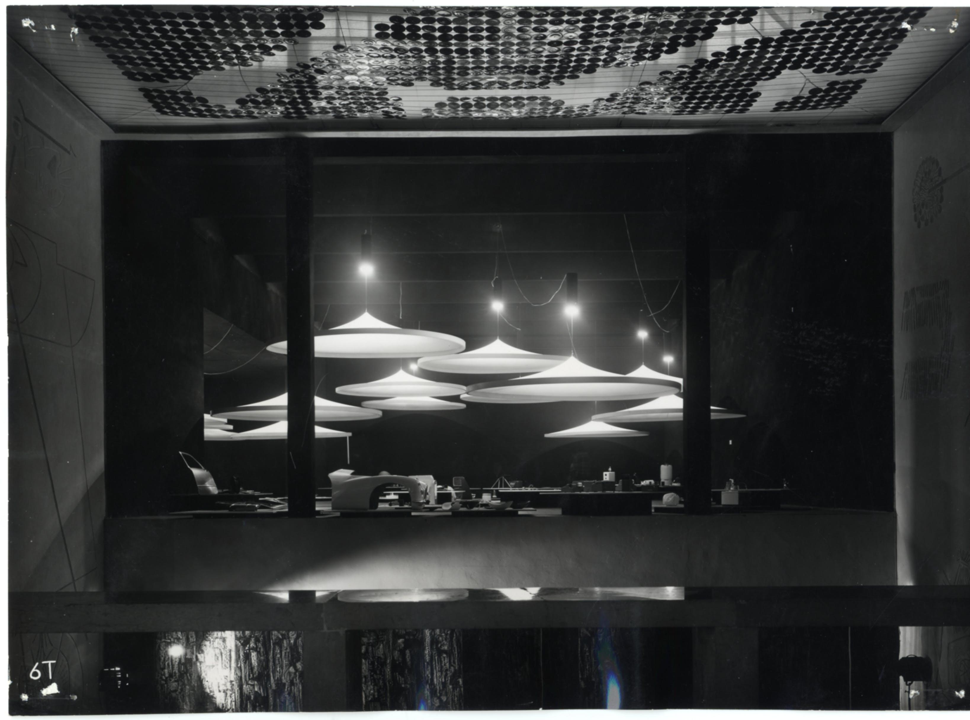 Mostra dell'industrial design vista dal Vestibolo del piano superiore. Soffitto in dischi di vetro soffiato colorati su disegno di Giuseppe Capogrossi. X Triennale, 1954. Foto Fortunati © Triennale Milano