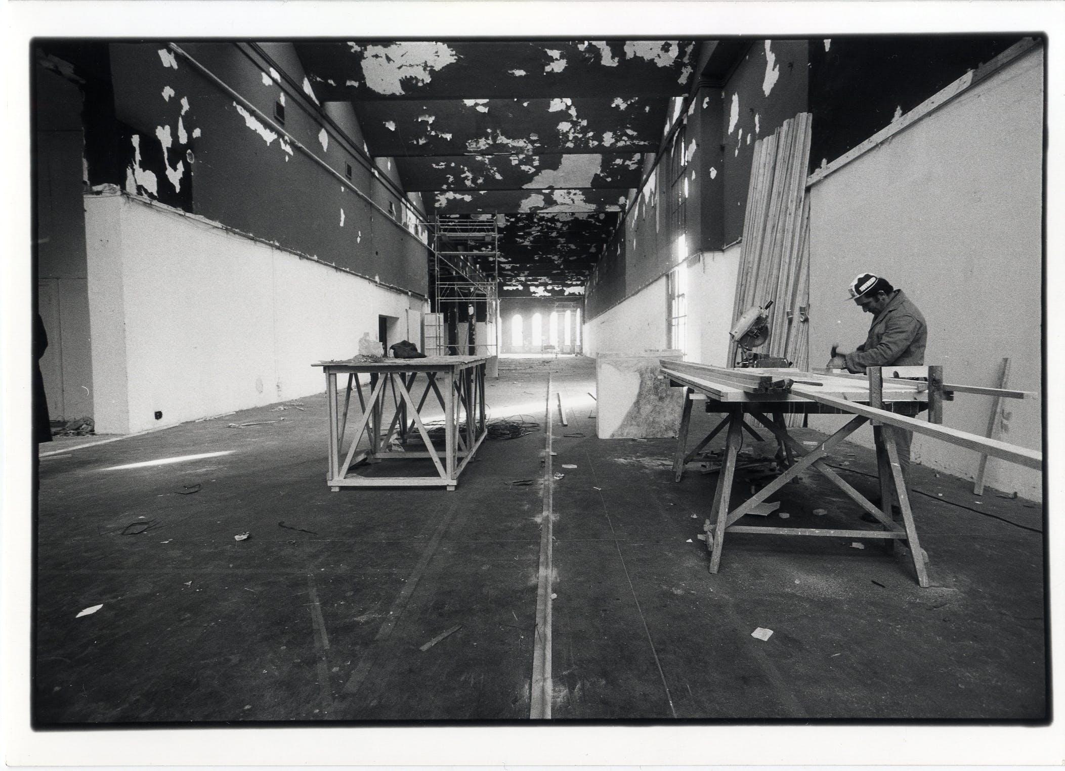 Lavori di allestimento nel Palazzo dell'arte in vista dell'apertura della XVI Triennale, 1979, foto di Luciana Mulas © Triennale Milano – Archivi