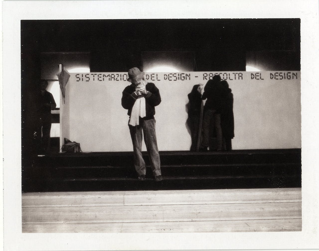 Lavori di allestimento della mostra La sistemazione del design - Inizio di un censimento, verso una raccolta, foto di Fabio Zonta © Triennale Milano – Archivi