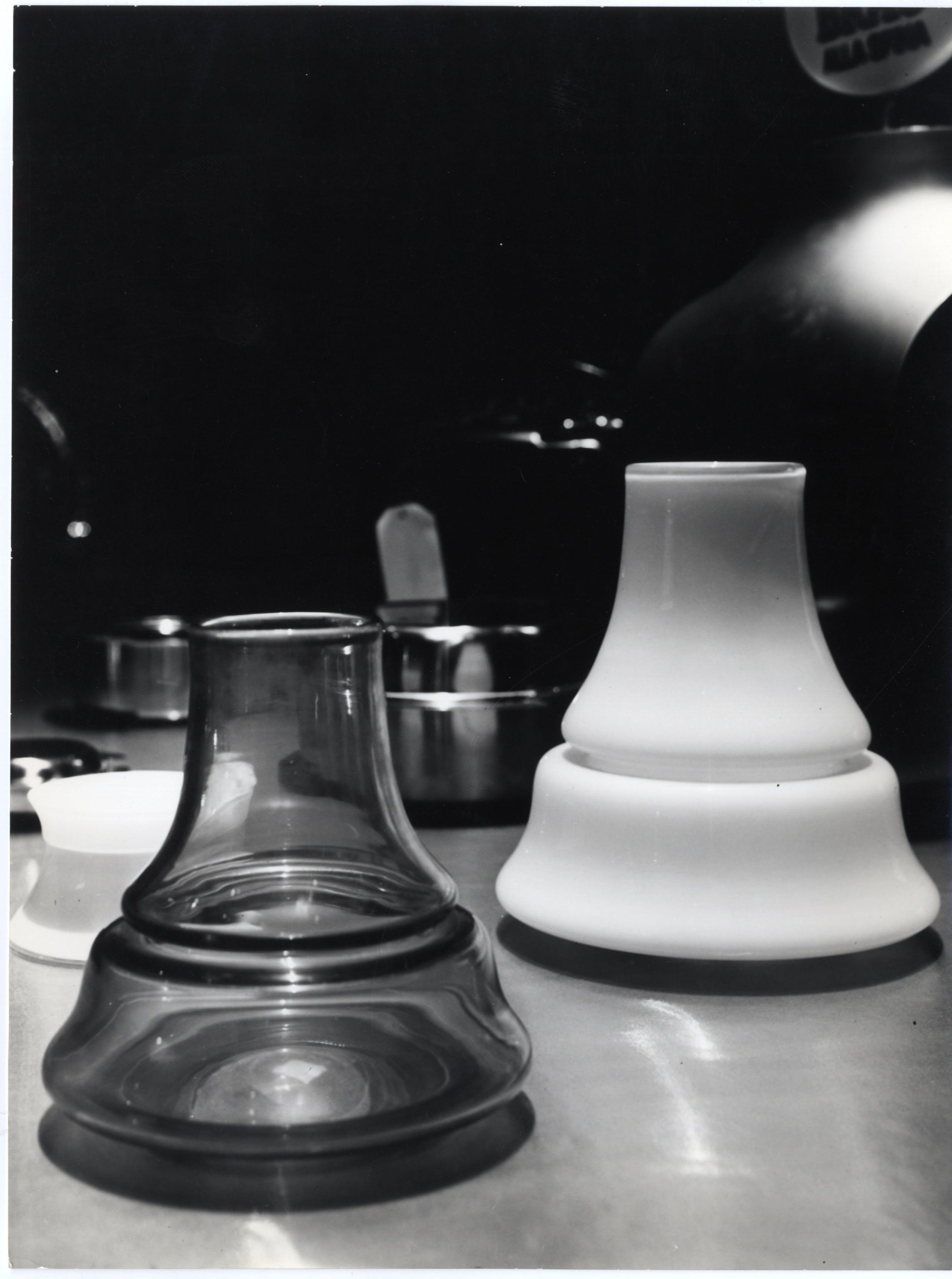 Portafiori in vetro e vetro bianco disegno di Sergio Asti esposti sul quinto ripiano della sala quadrata della mostra Le produzioni, 1964 - Triennale Milano