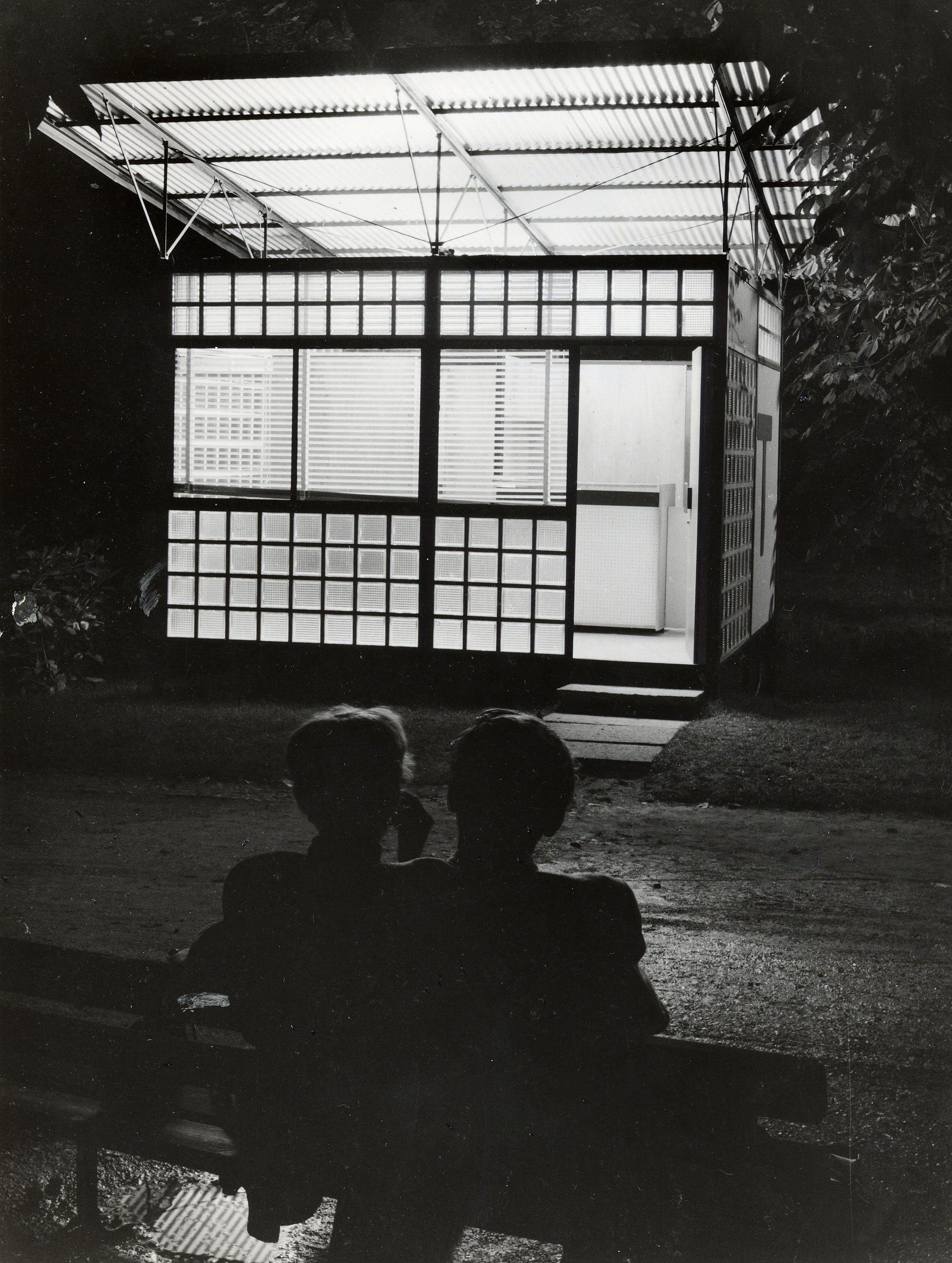 1954, X Triennale, Mostra dell'architettura in movimento – Cabina telefonica per autostrada, Foto Fotogramma