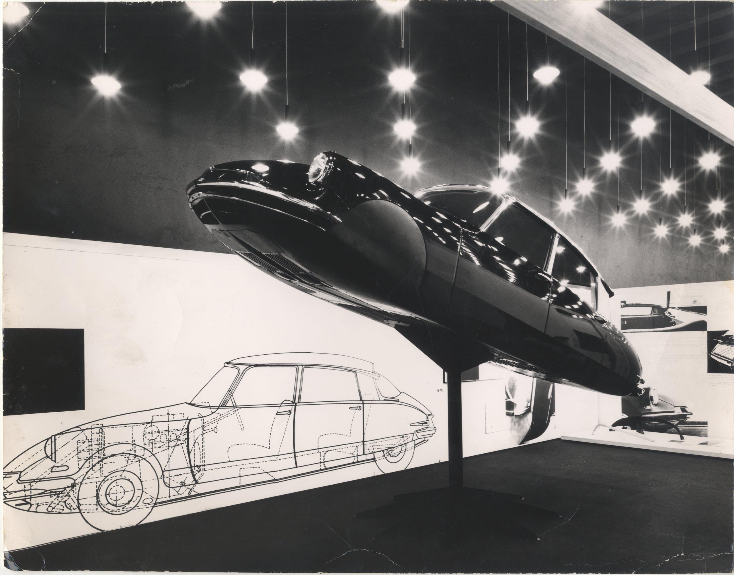 La Citroen DS19 nella Mostra internazionale dell'Industrial Design, XI Triennale, 1957. Foto Fotogramma © Triennale Milano