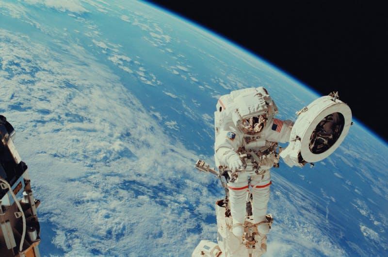 L'astronauta Franklin R. Chang-Diaz lavora con un rampino durante l'attività extraveicolare per eseguire lavori sulla Stazione Spaziale Internazionale © NASA
