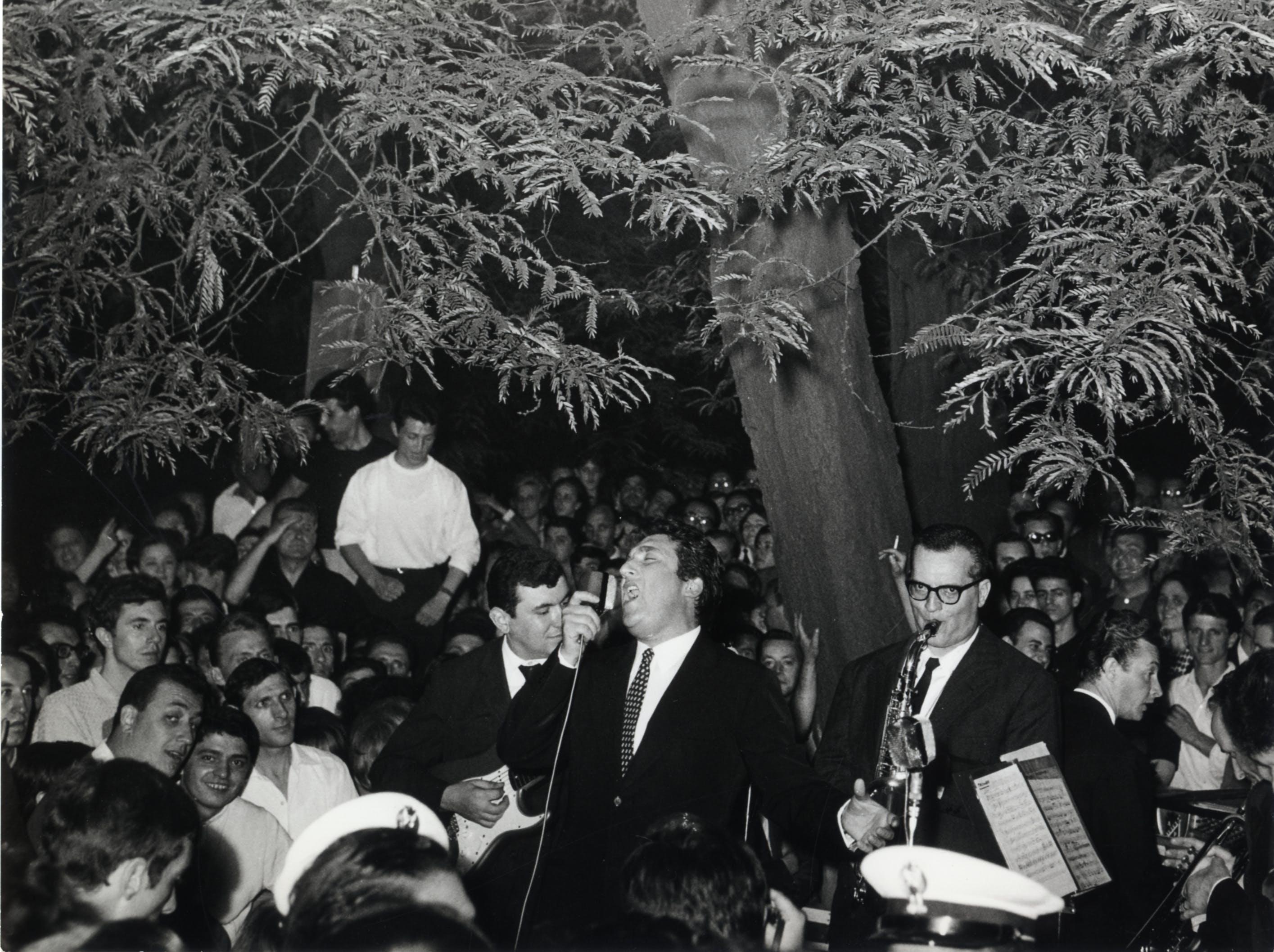 1964, XIII Triennale, Toni Dallara durante uno spettacolo serale nel giardino della Triennale