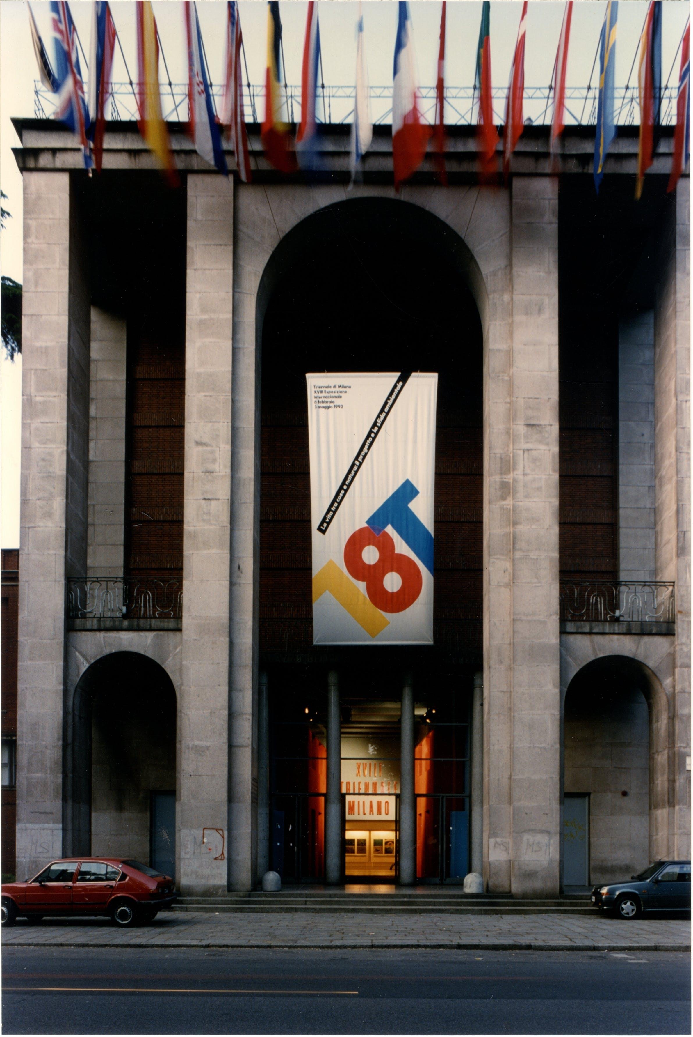 1992, XVIII Triennale, facciata d'ingresso al Palazzo dell'Arte, manifesto ufficiale disegnato da Bob Noorda