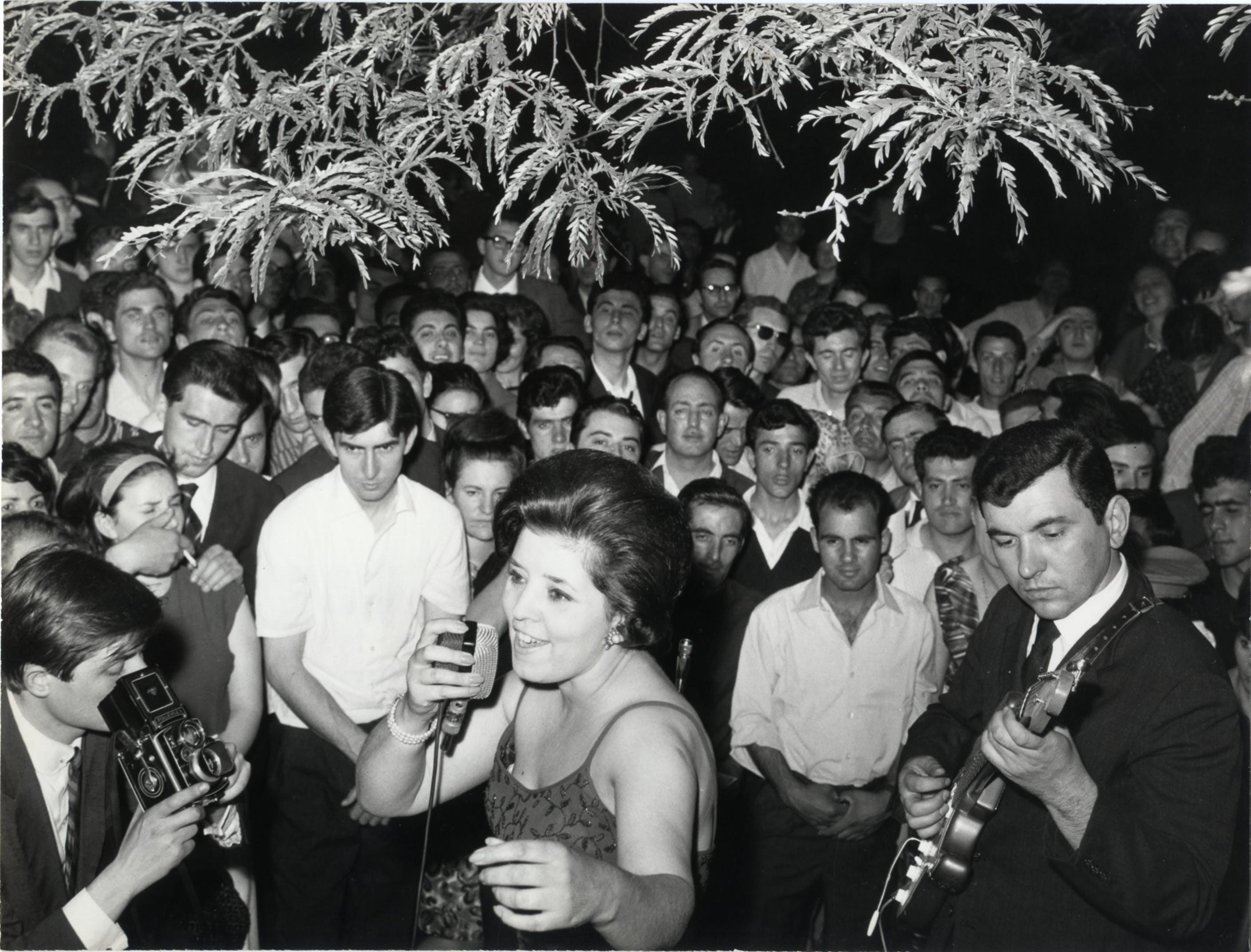 1964, XIII Triennale, Wilma De Angelis durante uno spettacolo serale nel giardino della Triennale