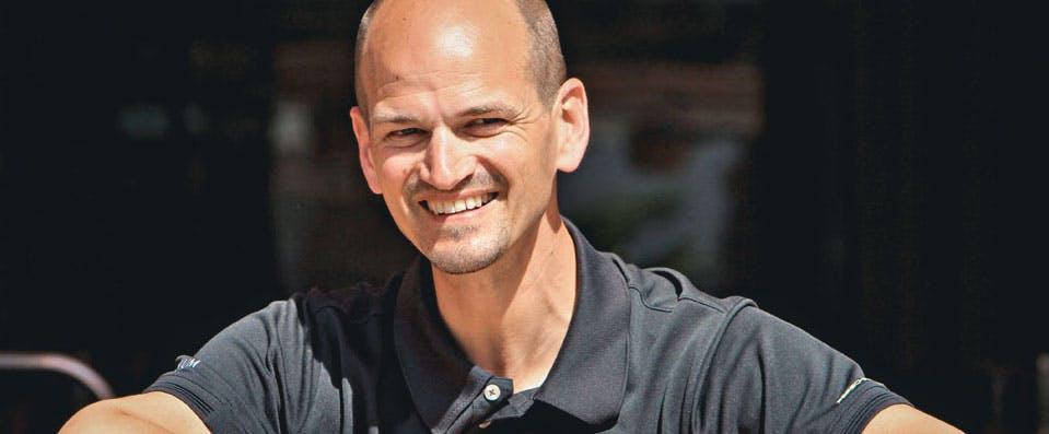 Dr. Lutz Graumann lächelnd vor der Kamera
