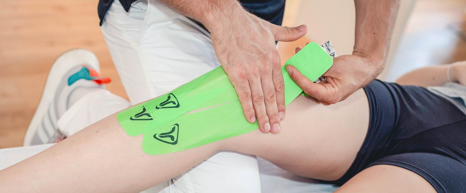 Jan Frieling taped ein Knie mit TRUETAPE Limegreen