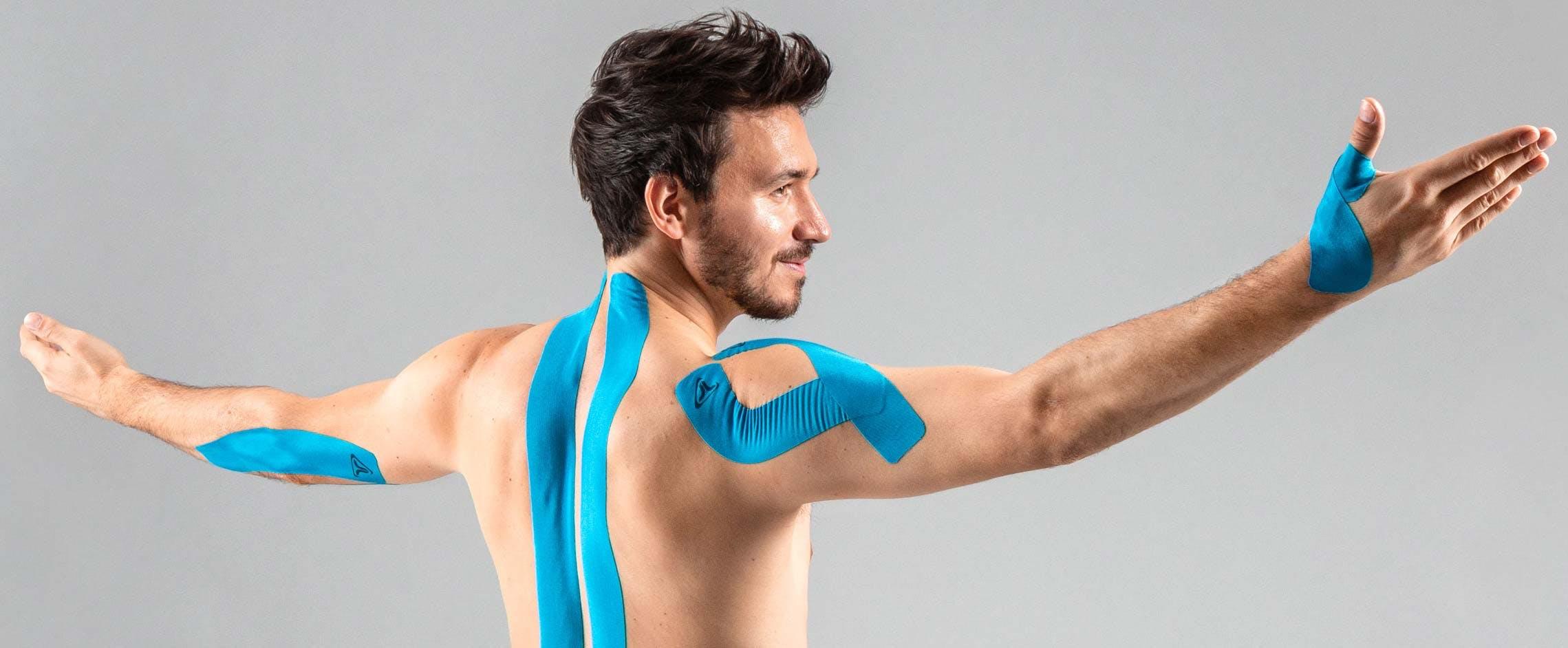 Felix Neureuther posiert mit Truetape Kinesiotape an seinem Körper