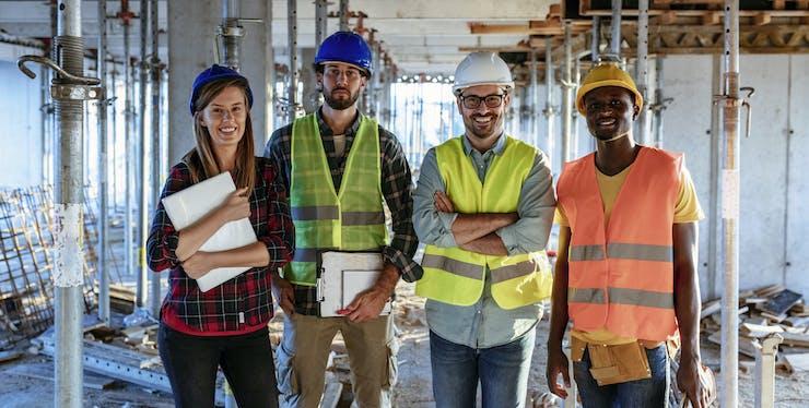 quatro engenheiros em uma obra