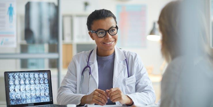 Médica mostrando resultados dos exames para paciente