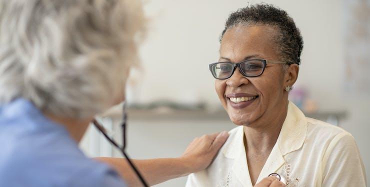 Mulher sendo examinada por médico
