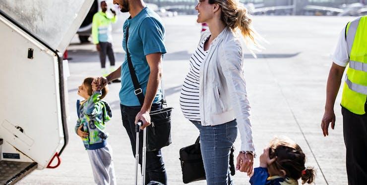 Família entrando no avião para viajar
