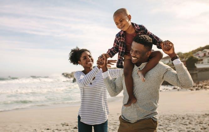 Familia brincando na praia
