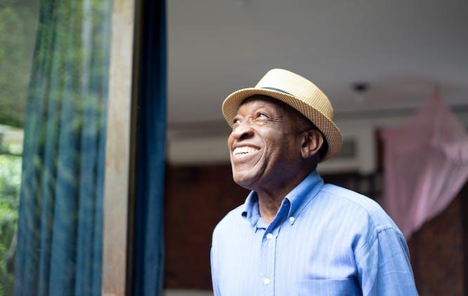 Homem com chapeu sorrindo