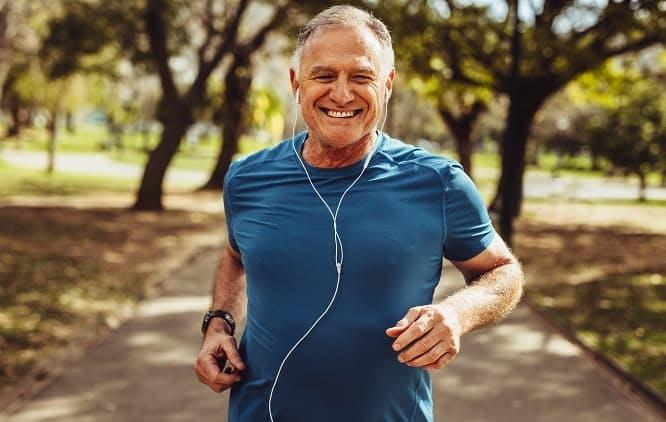 Homem correndo e sorrindo