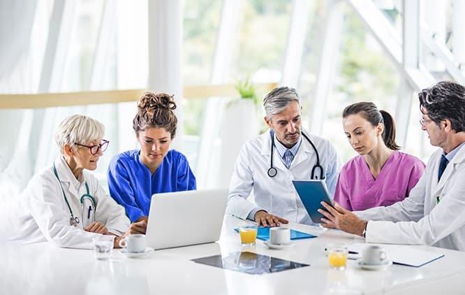 Médicos fazendo reunião