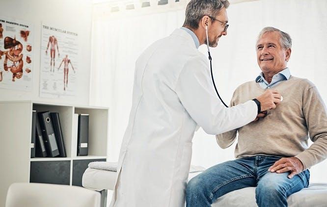 Médico com estetoscópio realizando exame em um paciente