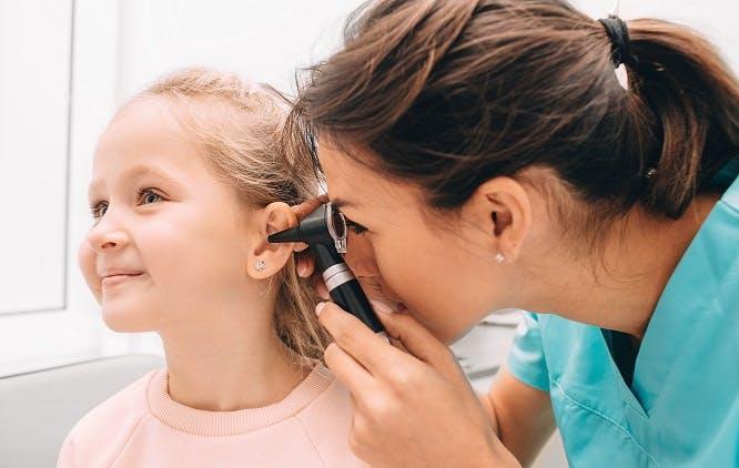 Médica examinando o ouvido de uma criança