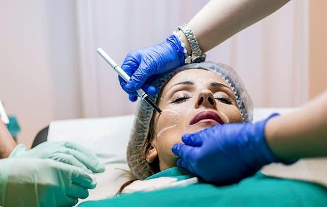 Mulher passando por procedimento estético no rosto