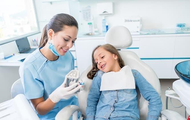 dentista mostrando molde dentário para paciente