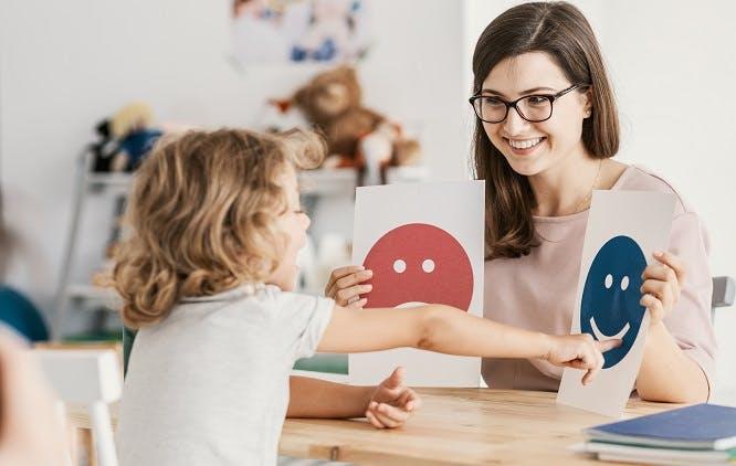 mulher ensinando criança